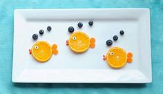 19 Easy And Adorable Animal Snacks To Make With Kids Babysitters and parental units, meet your new secret snack weapon: Orange fish with blueberry bubbles snack. Toddler Meals, Kids Meals, Toddler Food, Fille Au Pair, Deco Fruit, Animal Snacks, Fruit Animals, Animal Food, Vegetable Animals