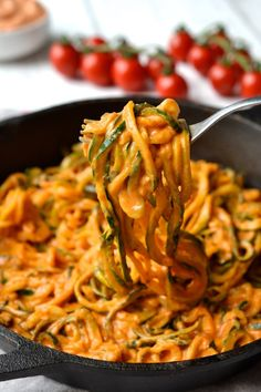 Creamy Tomato Sauce with Zucchini Noodles Cremige Tomatensauce (Vegan, Ganz Paleo) Vegetarian Recipes, Cooking Recipes, Healthy Recipes, Vegan Zoodle Recipes, Zuchinni Noodles, Spaghetti With Zucchini Noodles, Veggie Noodles, Creamy Tomato Sauce, Whole 30 Tomato Sauce