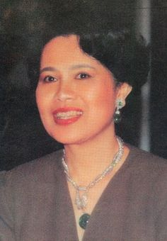 I cropped the photo above in an attempt to show more detail of the tiara and earrings worn by Princess Astrid. King Rama 9, Queen Sirikit, Royal Jewelry, Gentleman, Jewels, Princess, Fashion Ideas, Smile, Royal Jewels