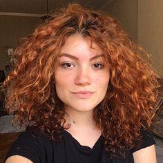 Cortes de cabelo 2019: 150 ideias para apostar [FOTOS - ATUALIZADO] Curly Ginger Hair, Curly Afro Hair, Short Curly Hair, Short Hair Styles, Haircuts For Long Hair, Curled Hairstyles, Cool Hairstyles, Dark Orange Hair, Red Hair Inspo