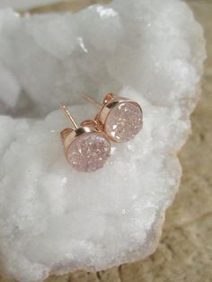 Gorgeous, natural druzy quartz stones are bezel set in rose gold vermeil ear posts with backs. Natural white druzy stones have a light AB Druzy Quartz, Quartz Stone, Rose Gold Earrings, Stud Earrings, Bijoux Or Rose, Etsy Jewelry, Jewellery, Glass Jewelry, Pink Jewelry