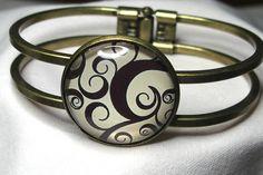 Bracelet arabesques noires métal bronze cabochon beige fait main : Bracelet par delicath