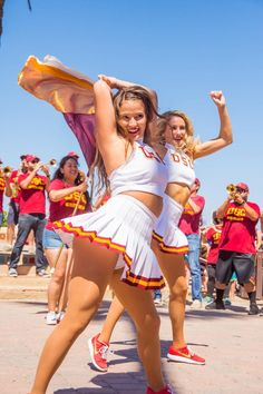 25 Of The Most Embarrassing USC Song Girl Cheerleader Photos Ever Taken! Famous Cheerleaders, Hottest Nfl Cheerleaders, Football Cheerleaders, College Cheerleading, Cheerleading Pictures, Cheerleading Uniforms, Cheer Pictures, Cheer Stunts, Volleyball Pictures