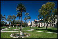 Фонтан и сады возле миссии Университета Санта-Клары.  Санта-Клара, Калифорния…