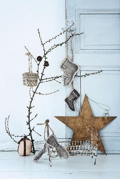 Rustic Christmas decorations with a modern flair. Noel Christmas, Scandinavian Christmas, Rustic Christmas, All Things Christmas, Winter Christmas, Christmas Themes, Vintage Christmas, Christmas Crafts, Christmas Decorations