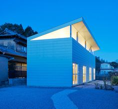 SYAP's house in yokkaichi topped with a shed roof in suburban japan
