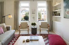 Интерьер квартиры обычно не предполагает огромных площадей и требует грамотной организации пространства вне зависимости от того, какую планировку и стиль интерьера вы предпочтете. Вдохновитесь фото интерьеров городских квартир и их разных комнат, чтобы определиться с цветовой палитрой, мебелью и найти интерьерное решение, которое подходит именно вам, или просто удачную идею небольших перемен в обстановке.
