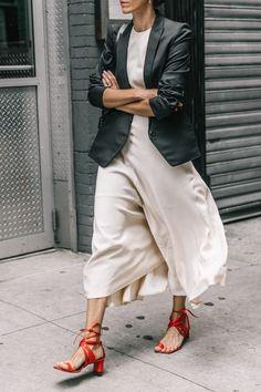 Los vestidos blancos son para la primavera: combínalos de estas siete formas para sacarles partido Street Looks, Look Street Style, Street Styles, 34 Street, Nyfw Street, Street Chic, Mode Outfits, Fashion Outfits, Style Fashion
