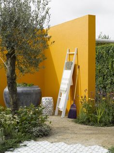 Oranje tuinmuur met gezellige aankleding, heel warm