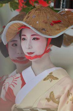 Geishas with hats Japanese Beauty, Japanese Girl, Asian Beauty, Costumes Japan, Matsuri Festival, Japanese Festival, Art Japonais, Kyoto Japan, Geisha