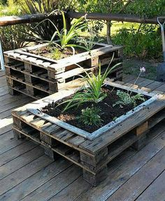 This is how the stylish wood pallet planter stand project will look alike at the end of the day. It is look so modish in the end and will definitely b Wood Pallet Planters, Diy Planter Box, Diy Planters, Wooden Pallets, Garden Planters, Planter Ideas, Balcony Garden, Pallet Wood, Potager Palettes