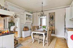 Keltainen talo rannalla: Värikästä, romanttista ja valkoista