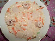 Salata de cruditati cu sunca si iaurt Ingrediente 1 morcov 1 ridiche alba mare 1/4 buc telina radacina 150 ml iaurt 0% 150 gr sunca degresata/piept de pui sare,piper Legumele se rad pe razatoarea cu ochiuri mari,se presara cu sare si piper, se amesteca.Se adauga iaurtul,apoi sunca cubulete .Se lasa cateva fasii de sunca pentru decor. Grains, Rice, Chicken, Food, Eten, Seeds, Meals, Korn, Cubs