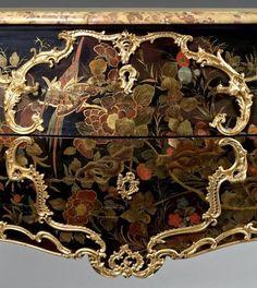Commode galbée, en laque européen, au vernis Martin. Attribuée à Mathieu Criaerd . Epoque Louis XV