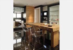 Preto na cozinha, sim! Aqui, a mescla da cor na bancada e no piso de granito com a madeira deixou o ambiente clean