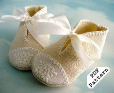 Baby Shoes Baby Shoes Sewing Pattern with Appliques and Ribbon Ties – PDF ePattern Baby Shoes Pattern, Shoe Pattern, Sewing For Kids, Baby Sewing, Couture Bb, Felt Baby Shoes, Diy Bebe, Baby Booties, Booties Crochet
