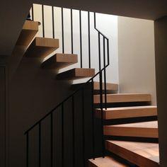Escalier métal et bois contemporain réalisé par @AmgAgencement et @LaManufactureDuMétal