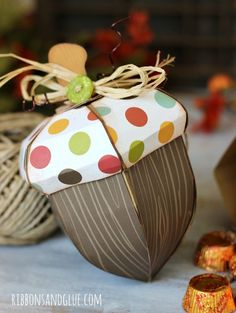 Acorn Boxes Fall Acorn Boxes made with SVGcuts and echoparkpape. Such a fun treat box!Fall Acorn Boxes made with SVGcuts and echoparkpape. Such a fun treat box! 3d Paper Crafts, Paper Gifts, Diy Paper, Diy And Crafts, Handmade Christmas, Christmas Crafts, Theme Nature, Diy Thanksgiving, Autumn Crafts