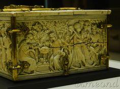 Au musée de Cluny, à Paris, on peut trouver ce coffret en ivoire et cuivre doré, datant du début du XIVe siècle.  Sur un côté du coffre est représenté le roi Marc épiant Tristan et Iseult au bord d'une fontaine depuis les branches d'un arbre, alors que ceux-ci se sont donné rendez-vous en secret. En regardant en détail, on distingue même le reflet du roi à la surface de l'eau, qui trahit sa présence dans l'arbre et permet aux amants de se tirer d'affaire.