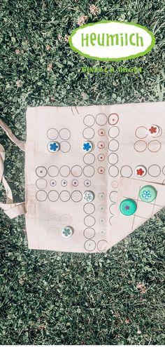 Basteln mit Kindern: Spieletasche für unterwegs mit Heumilch-Karton-Verschlüssen als Spielfiguren Diy And Crafts, Kindergarten, Diy Games, Game Pieces, Hay, Paper Board, Couple, Kindergartens, Preschool