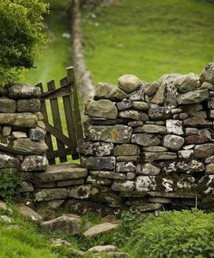28 Trendy Ideas for garden fence gate stones Old Gates, Country Fences, Stone Fence, Old Fences, Dry Stone, Photos Voyages, Fence Gate, Fencing, English Countryside
