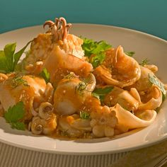 Ideal recipe for seafood fans. The cuttlefish become so mellow and tasty after slowly cooking in this rich wine sauce. If cuttlefish are not. Cuttlefish Recipes, Wine Sauce, Fish Dishes, Greek Recipes, Healthy Cooking, Parsley, Seafood Recipes, Thai Red Curry, Food And Drink