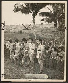 Fotografía que muestra las enfermeras japonesas y soldados que se han entregado a los estadounidenses en la isla de Cebú, Filipinas.