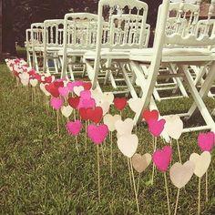 "27 Likes, 5 Comments - Mint Wood (@mintwooddeco) on Instagram: ""Sencillo camino hacia el altar! Una idea low cost preciosa!! Os gusta? #weddinginspiration…"""