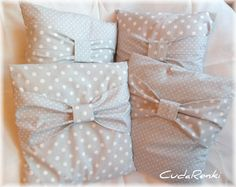 Poduszki w grochach i groszkach. Romantycznie...