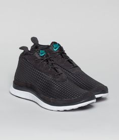 The Free 3.0 outsole lays the foundation for the Nike Free Chukka Woven. Turquoise accents found at the heel match the branded tongue. Hints of suede above the Free sole and around the lacing system.