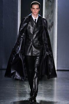 Jil Sander Fall 2012 Menswear Fashion Show Runway Fashion, Fashion Show, Mens Fashion, Fashion 2014, Gothic Fashion, Leather Blazer, Leather Men, Black Leather, Dandy