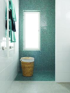 window in shower Wc Bathroom, Bathroom Toilets, Bathrooms, Bathroom Renovations, Home Remodeling, Window In Shower, Floor Ceiling, Bath Towels, Sweet Home