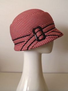 Reminiscent of the 'sport' hat, brimmed cloche covered in red and white houndstooth check fine wool Fancy Hats, Cool Hats, Red Hats, Clouche Hats, Fascinator Hats, Fascinators, Vintage Outfits, Vintage Fashion, Hat Shop