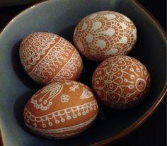 Easter eggs - brown eggs with white sharpie markers. Ostereier - braune Eier und weißer Marker.