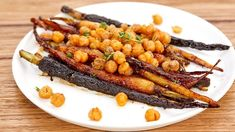 This Honey Baby Carrots dish pairs perfectly with crispy chickpeas and thyme. Crispy Chickpeas, Chickpea Recipes, Healthy Recipes, Savoury Recipes, Healthy Food, Carrot Dishes, Masterchef Recipes, Roasted Apples