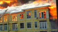 Seram, Seorang pria terjebak di atas gedung yang sedang .terbakar081-2222 91986,pujianto@tabungpemadamapi.com #alatpemadamapi #alatpemadamkebkaran #tabungpemadamapi #tabungpemadamkebakaran