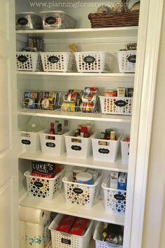 Container organization – Kitchen organization – Home organization – Declutter your home – Grey – Pantry With One Redo Small Pantry Organization, Container Organization, Home Organization Hacks, Pantry Storage, Kitchen Storage, Organized Pantry, Pantry Ideas, Organize Small Pantry, Organize Medicine