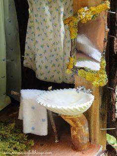 The treehouse, the shell sink. Fairy Gardening, My Fairy Garden, Mermaid Bathroom, Fairy Homes, Fairy Furniture, Flower Fairies, Tiny Flowers, Miniature Houses, Stop Motion