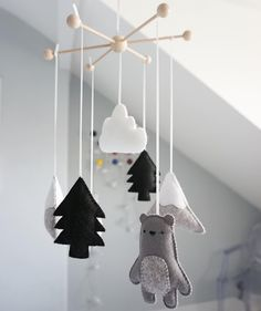 Early mobiles did not necessarily move, as do most crib mobiles today. The modern crib mobile is… Baby Boy Cribs, Girl Cribs, Baby Boy Rooms, Baby Room Decor, Nursery Decor, Baby Crafts, Felt Crafts, Diy Crib, Diy Bebe