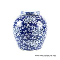 and White Floral Lidded Jar – Chinese Antique Porcelain ;Jingdezhen Ancient Ceramics from shengjiang company Japanese Porcelain, White Porcelain, Porcelain Skin, Blue And White Vase, Porcelain Ceramics, Porcelain Jewelry, Blue Pottery, Blue China, Chinese Antiques