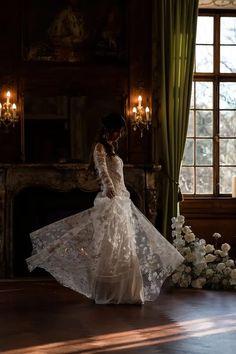 Tolle Ideen und Inspirationen für Deine Schlosshochzeit mitten in NRW: Diese außergewöhnliche Hochzeitslocation bietet alles, was Braut und Bräutigam sich wünschen können. Eine freie Trauung im Schlosspark, Prunksäle, die Eure Hochzeitstorte, die Hochzeitsdeko und Tischdeko unvergesslich in Szene setzen und natürlich die Schönheit des Brautkleides unterstreichen. Als Krönung fährt die Braut in einer Hochzeitskutsche vor Foto: Luzy Amor #Schlosshochzeit Wedding Fotografie, Jumpsuits, Wedding Dresses, Fashion, Bride Lingerie, White Roses, Couture Dresses, Perfect Wedding Dress, Overalls