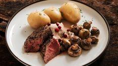 Indrefilet av reinsdyr er noe av det møreste du kan spise, og sammen med denne konjakksausen og poteter blir middagen garantert suksess. Food Styling, Scandinavian, Steak, Recipies, Food And Drink, Potatoes, Dinner, Vegetables, Hygge