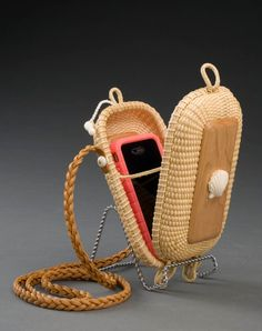 Discover thousands of images about Lightship Basket IPhone Purse! Willow Weaving, Basket Weaving, Rattan, Wicker, Box Creative, Nantucket Baskets, Bamboo Crafts, Newspaper Crafts, Basket Bag
