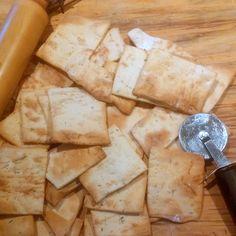 GALLETAS DE AJO, ROMERO Y PARMESANO: AROMÁTICAS, SABROSAS Y CROCANTES - Unas aromáticas, sabrosas y crocantes galletas que preparé esta mañana por pedido de un querido amigo para su cumple, un honor! He aquí la receta por si se animan Scones, Crackers, Muffins, Dairy, Cheese, Cookies, Empanadas, Fashion, Cheese Straws