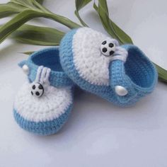 This step by step tutorial will show you how to crochet very easy cuffed / roll top / roll down baby booties. This cute baby shoes are a suitable project for beginners. Knit Baby Shoes, Crochet Baby Boots, Knitted Booties, Crochet Baby Clothes, Crochet For Boys, Crochet Shoes, Crochet Slippers, Baby Booties, Boy Shoes