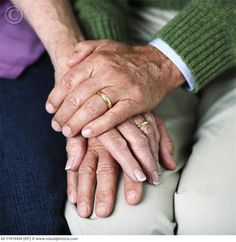 Old couple holding hands so cute Older Couple Poses, Older Couples, Couple Posing, Couple Portraits, Wedding Anniversary Photos, Anniversary Photography, 60th Anniversary Parties, Holding Hands Images, Couple Holding Hands