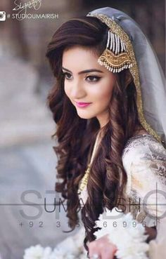 Pakistani Engagement Hairstyles For Brides In 2020 Pakistani Bridal Makeup, Pakistani Wedding Dresses, Indian Bridal, Dress Wedding, Pakistani Engagement Hairstyles, Bride Hairstyles, Curly Hairstyle, Bridal Looks, Bridal Style