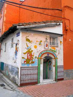Casa con decoración naif en casco urbano.