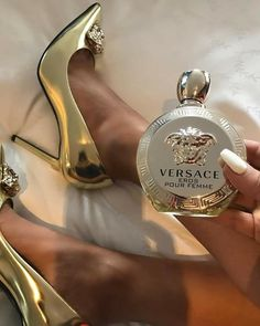 how to make perfume Perfume Scents, Perfume Bottles, Parfum Victoria's Secret, Ariana Grande Perfume, Perfumes Vintage, Best Perfume, Perfume Collection, Smell Good, Body Care