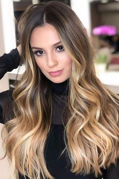 hair inspiration fashion Caramel Blonde Waves Ombre fall hair colors look best when combined correctly. our lead and you will never need to worry that your hair looks out of date! Soft Blonde Hair, Blond Ombre, Ombre Hair Color, Hair Color Balayage, Blonde Balayage, Blonde Waves, Blonde Wig, Ash Blonde, Platinum Blonde